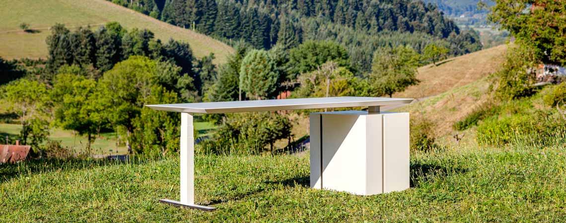 Bürotisch M-Line auf Wiese im Schwarzwald