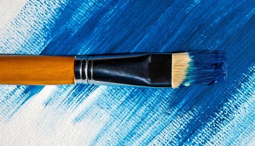 Pinsel vor blauer Leinwand