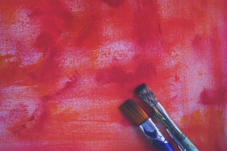 Rote Leinwand mit Pinseln