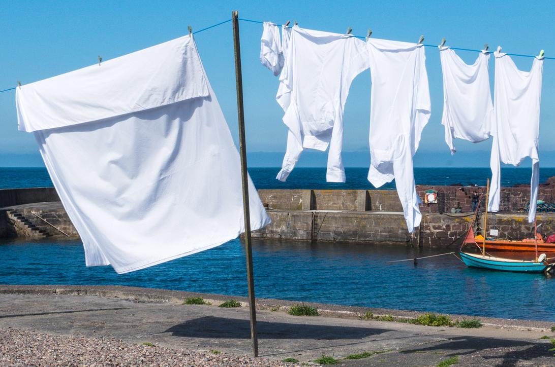 Eine Wäscheleine mit weißer Wäsche