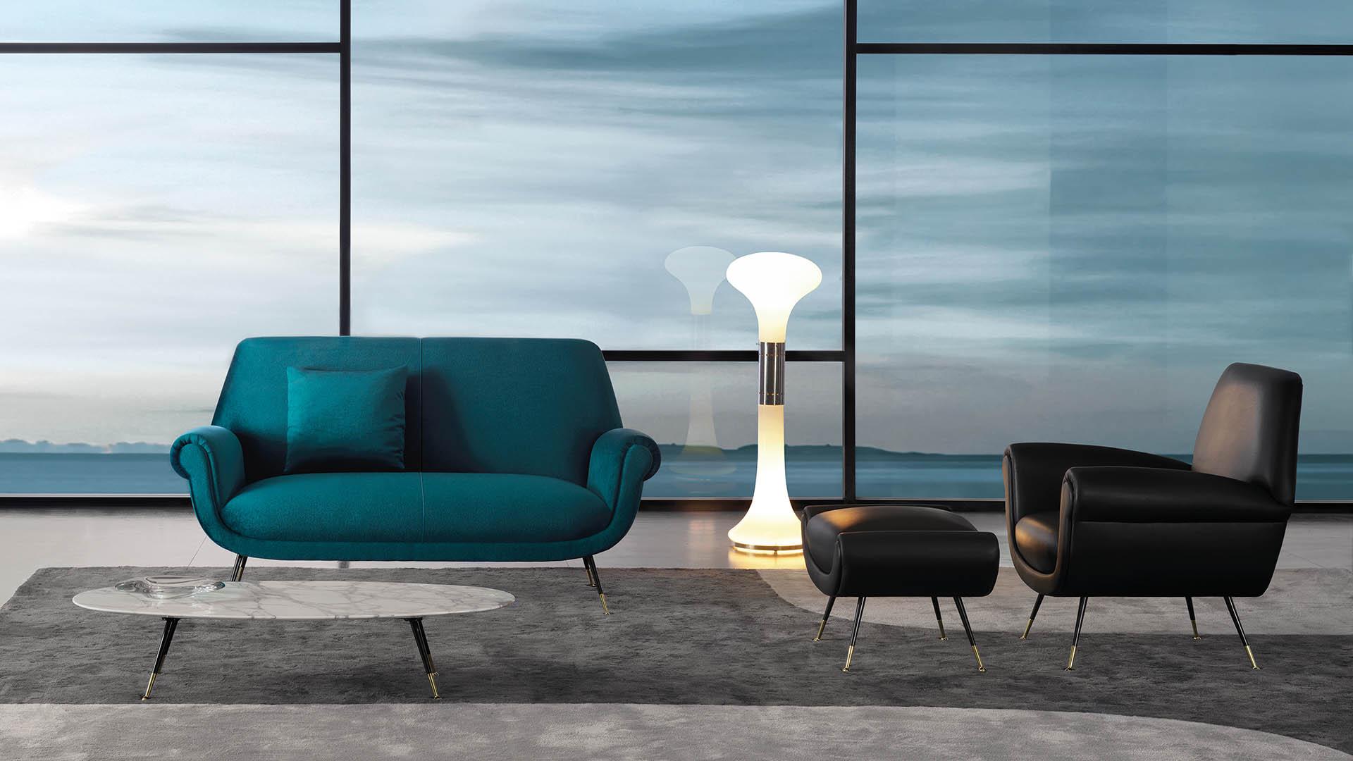 Wohnzimmer mit Sofa und Lichtinstallation.