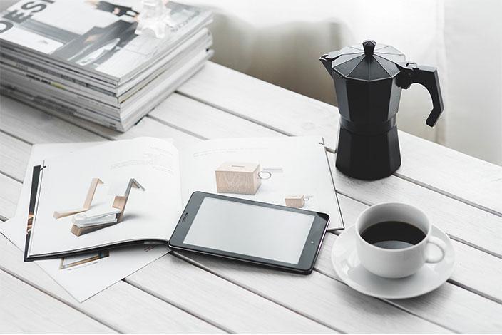Moderner Berufsalltag bei HUND Möbelwerke: schwarzes iPad auf Schreibtisch