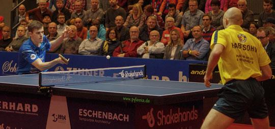 Jeder Ball wird von den beiden Tischtennisspielern umkämpft