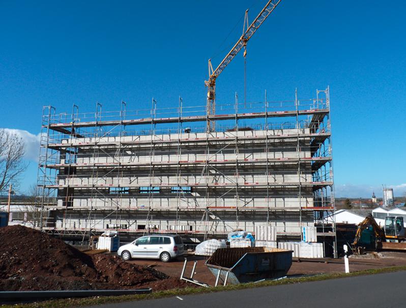 Der mehrstöckige Rohbau des neuen Ausstellungsgebäudes nimmt Gestalt an.